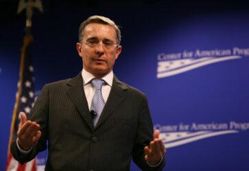 Fiscalía decidirá antes del viernes si acusa a Uribe Vélez